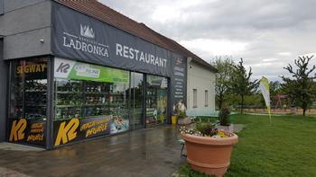 Za deště a mokra půjčovna uzavřena - prodejna otevřena.